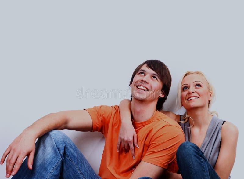 Lächelnde Paare der jungen Liebe in der neuen Ebene stockfotos