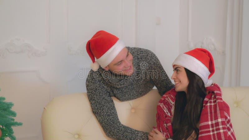 Lächelnde Paare in der Liebe, welche die Kamera in der Ebene betrachtet lizenzfreie stockbilder