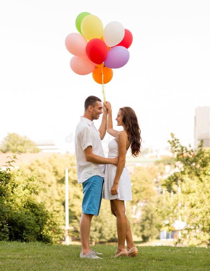 Lächelnde Paare in der Stadt stockfotografie
