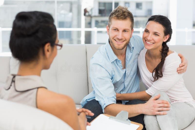 Lächelnde Paare, die an der Therapie-Sitzung versöhnen stockfoto