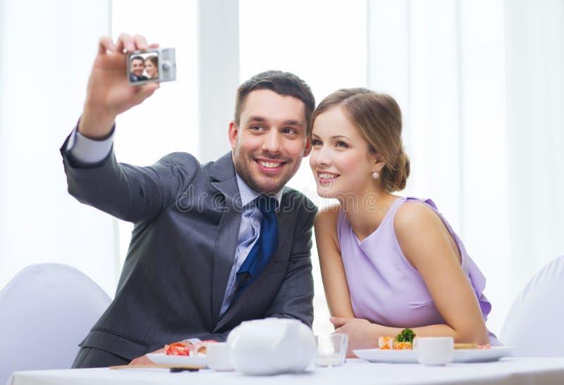 Lächelnde Paare, die Selbstporträtphoto machen stockfotografie