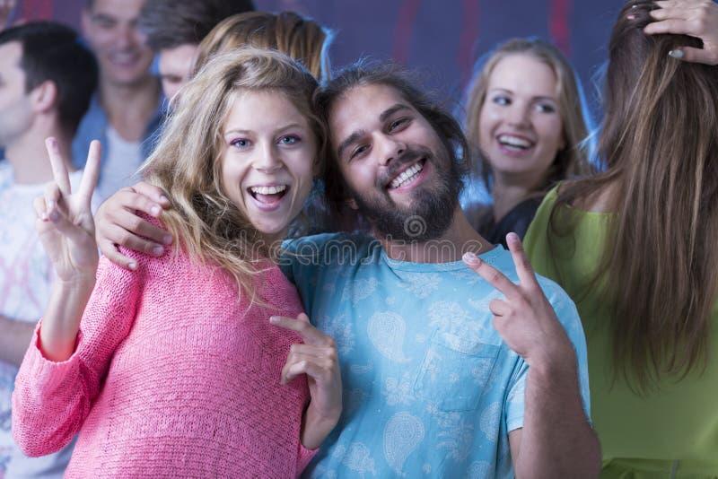 Lächelnde Paare an einer Partei stockbild