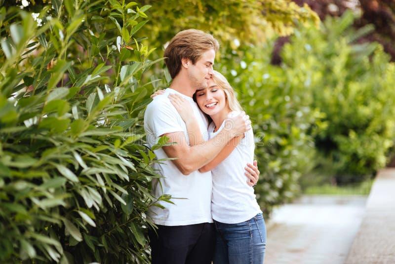 Lächelnde Paare im Park stockfoto