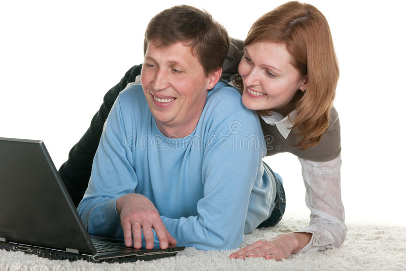 Lächelnde Paare am Laptop lizenzfreies stockbild