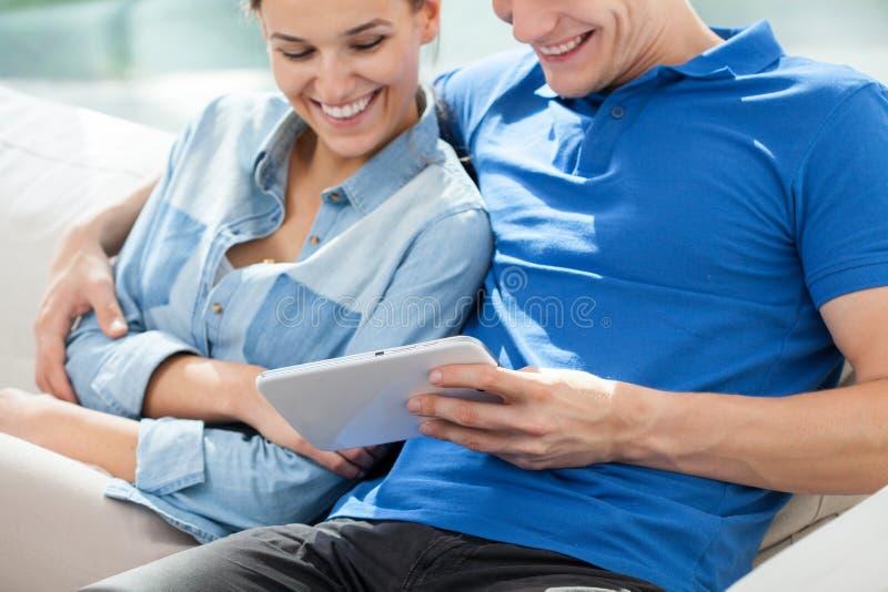 Lächelnde Paare mit Tablette lizenzfreie stockfotos