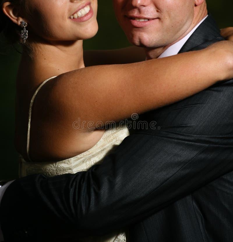 Lächelnde Paarumarmung stockbild