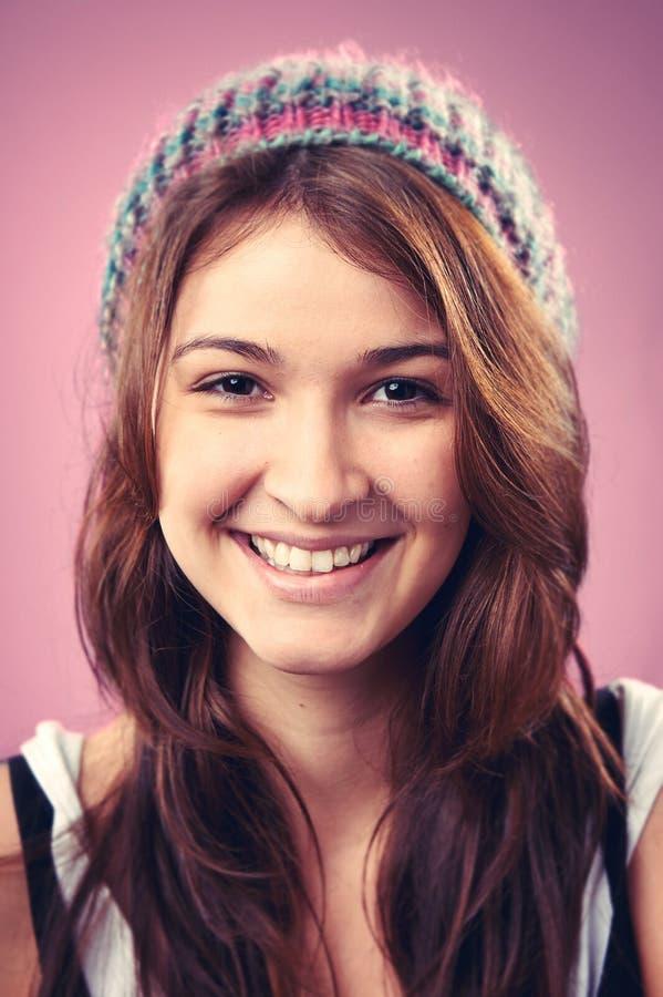 Lächelnde Porträtfrau lizenzfreie stockfotografie