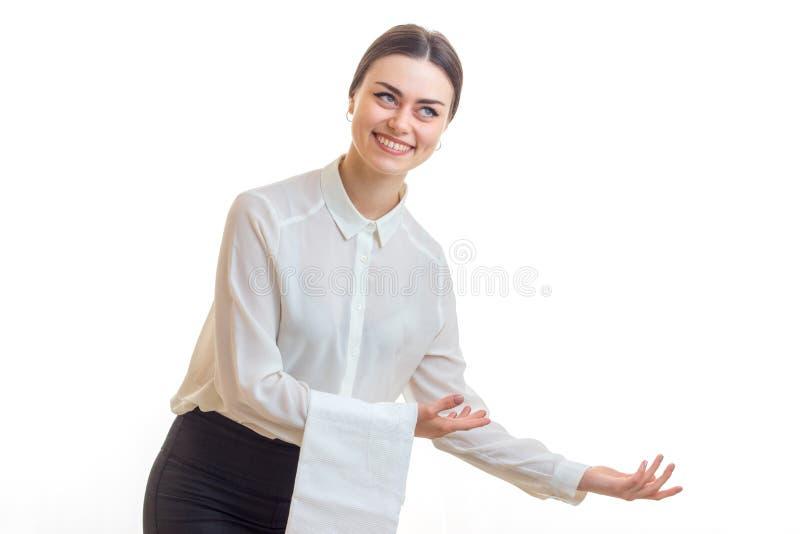 Lächelnde reizend Kellnerin mit einer Serviette bietet auf dem Tisch Hand an stockfotos