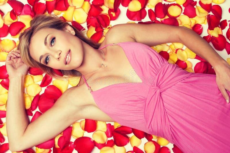 Lächelnde Rose Petals Woman lizenzfreie stockfotografie