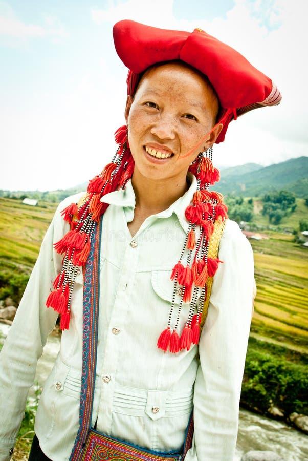 Lächelnde rote Dao Frau lizenzfreie stockbilder