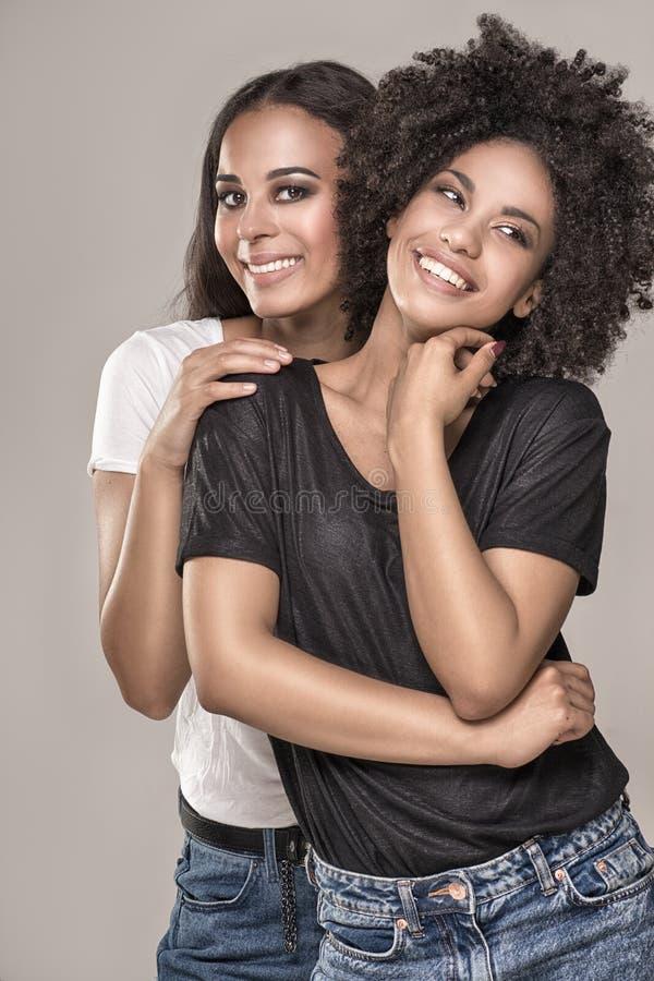 Lächelnde schöne Afroamerikanermädchen stockfoto