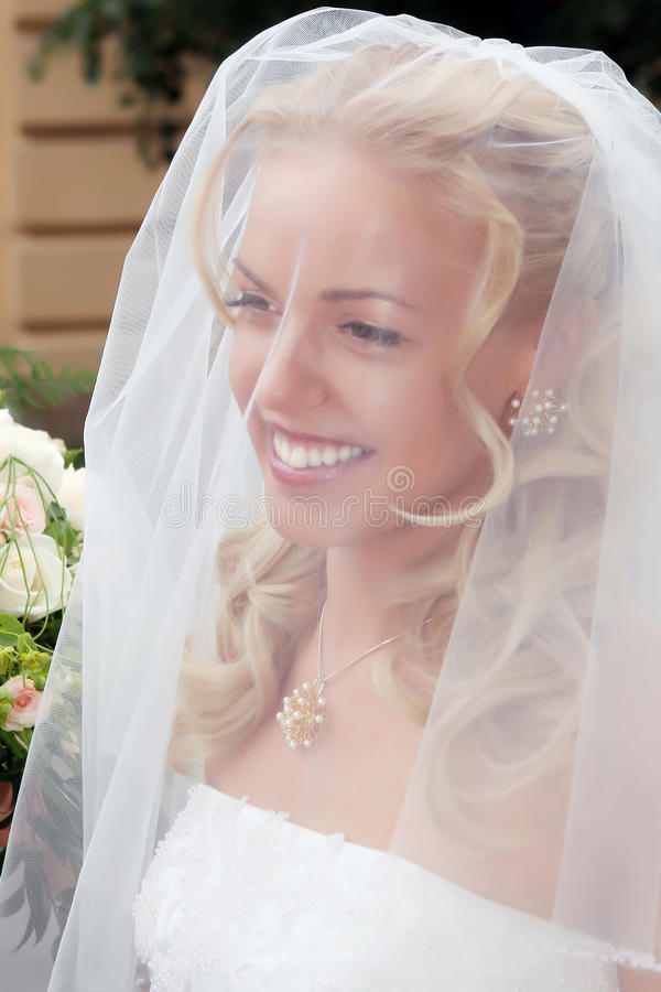 Lächelnde schöne Braut stockbild