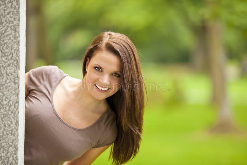 Lächelnde schöne Brunettefrau lizenzfreies stockfoto