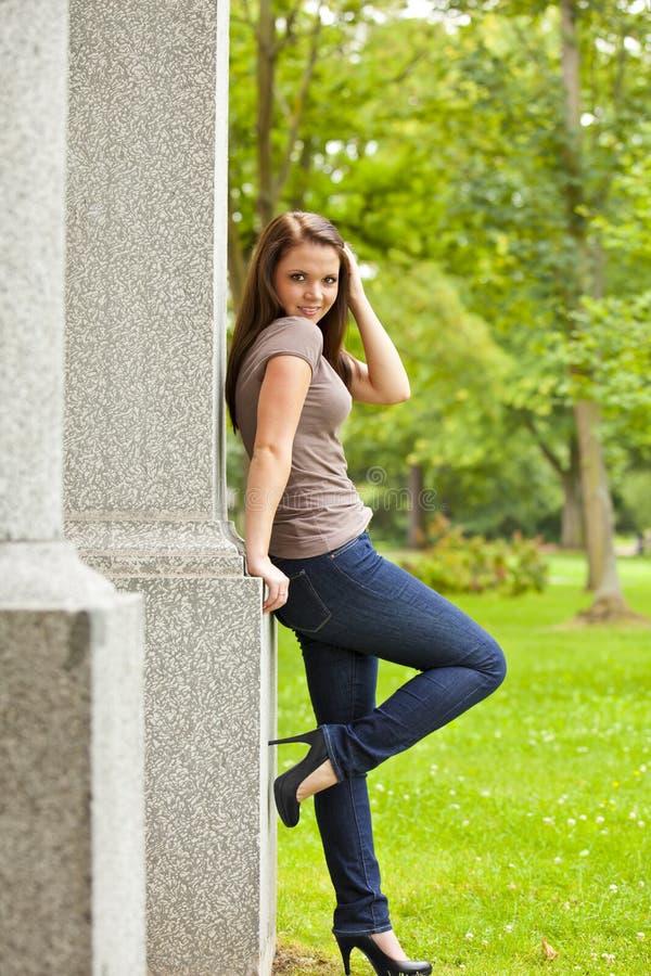 Lächelnde schöne Brunettefrau lizenzfreie stockfotos