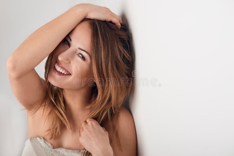 Lächelnde schöne junge Frau mit dem langen Haar lizenzfreie stockbilder