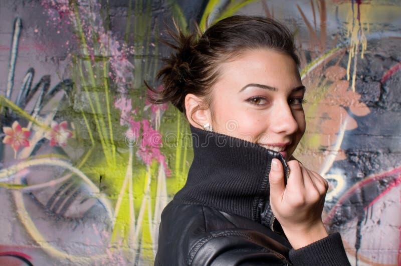 Lächelnde schöne Jungeaufrührerdame lizenzfreie stockfotografie