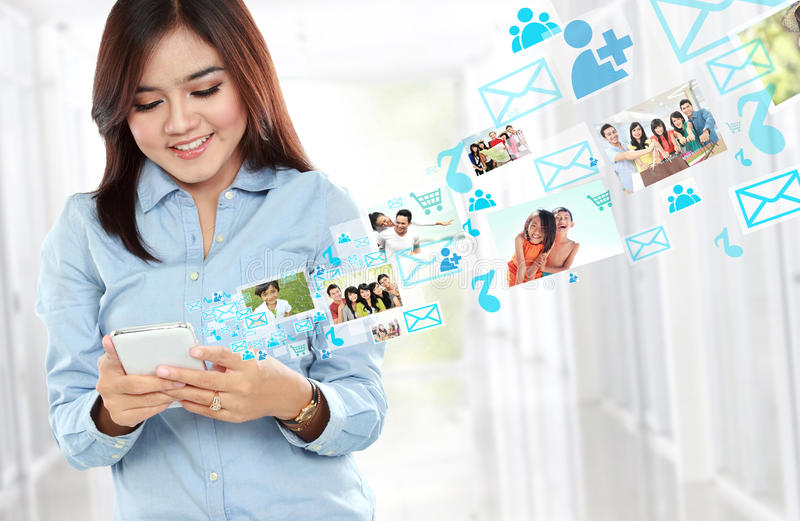 Lächelnde Schönheit, die Handy verwendet stockbild