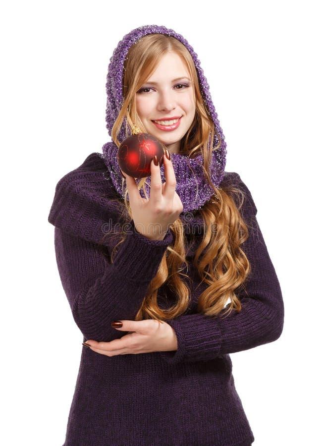 Lächelnde Schönheit im Pullover und im purpurroten Schal mit hellem lizenzfreie stockfotos