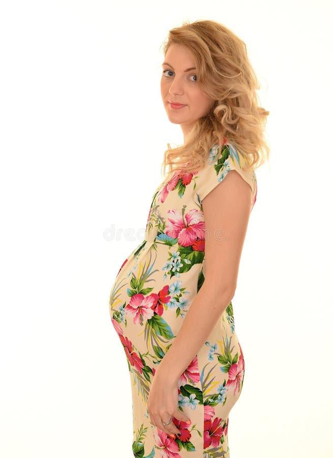Lächelnde Schwangere Frau Im Blumenkleid Stockbild - Bild von ...