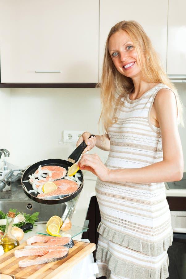 Lächelnde schwangere Frau mit Lachsen lizenzfreies stockbild