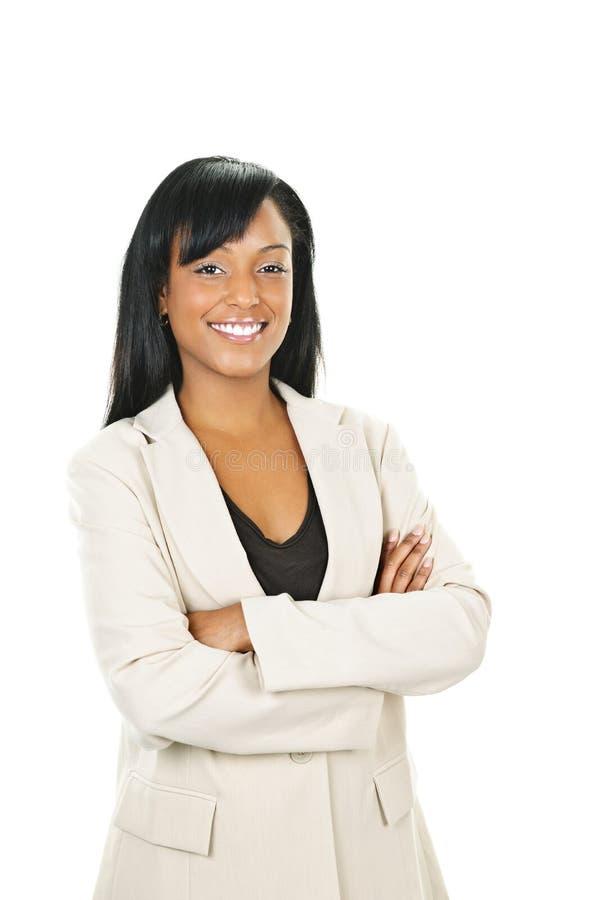Lächelnde schwarze Geschäftsfrau mit den Armen gekreuzt stockfotografie