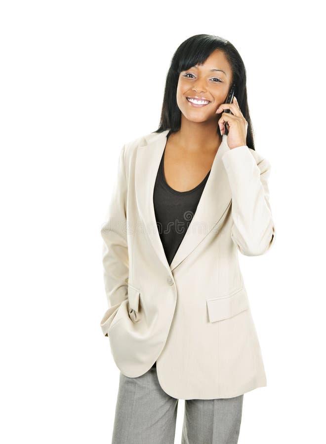 Lächelnde schwarze Geschäftsfrau am Telefon lizenzfreies stockfoto