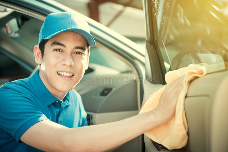 Lächelnde Selbstservice-Personalreinigungs-Autotür lizenzfreie stockfotos
