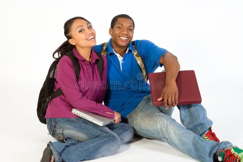Lächelnde Sitzkursteilnehmer - horizontal stockbild