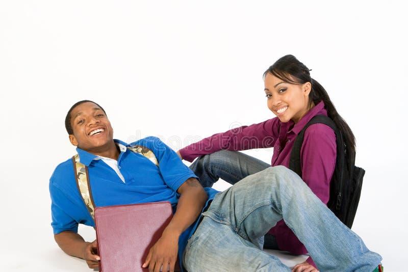 Lächelnde Sitzkursteilnehmer - horizontal lizenzfreie stockfotografie
