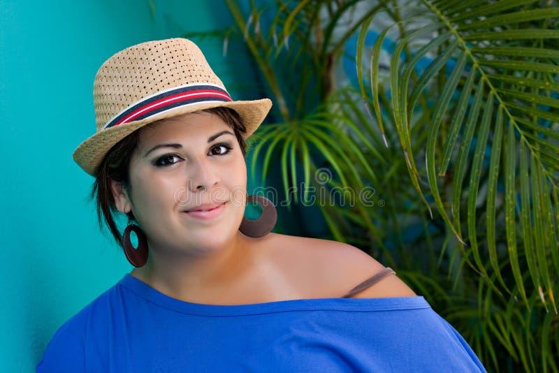 Lächelnde spanische Frau lizenzfreie stockfotografie