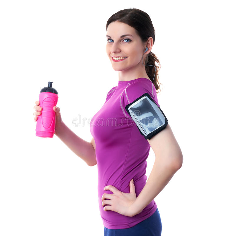 Lächelnde sportliche Frau im violetten T-kurzen Überweiß lokalisierte Hintergrund lizenzfreie stockfotografie