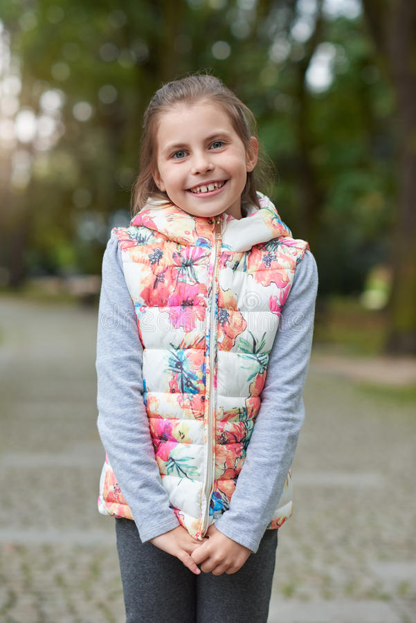 Lächelnde stehende Außenseite des kleinen Mädchens stockfotos