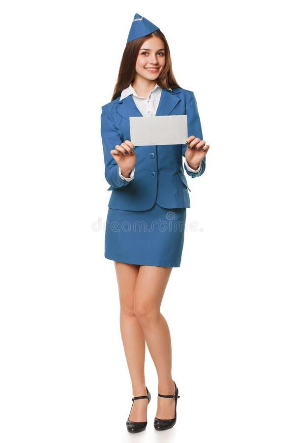 Lächelnde Stewardessfrau, die Umschlag hält Beitragsbuchstabe, Zustelldienst oder Luftpost stockfotos