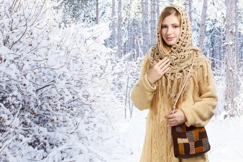 Lächelnde stilvolle Frau der Junge im openwork Schal und im langen beige swe stockbild