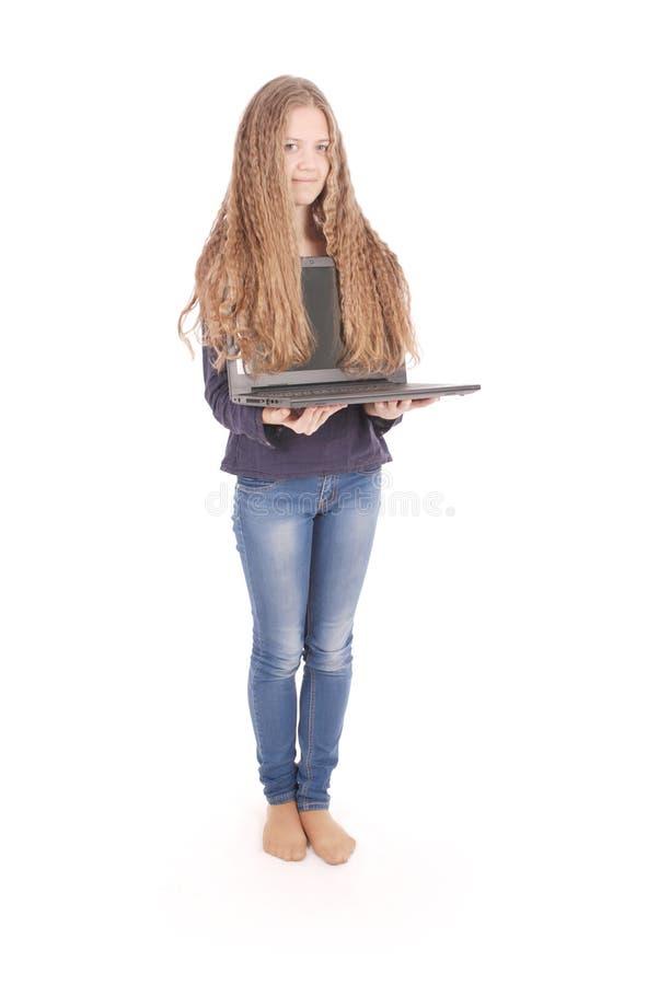 Lächelnde Studentenjugendliche mit Laptop stockbilder
