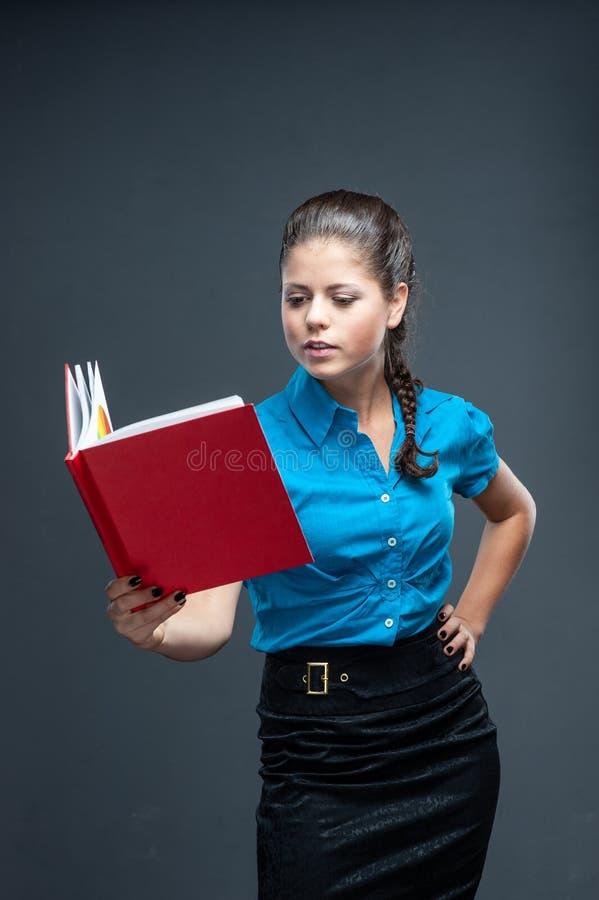 Lächelnde Studentin, Lehrer oder Geschäft lizenzfreie stockbilder