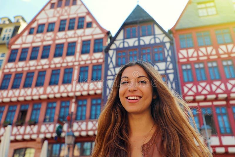 Lächelnde touristische Frau in Romerberg-Quadrat, Frankfurt, Deutschland stockfotografie