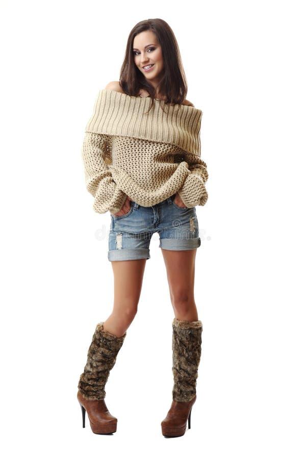 Lächelnde tragende Klammern der Brunettefrau stockfotos