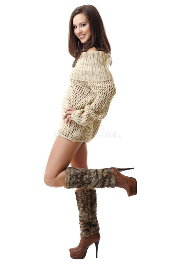 Lächelnde tragende Klammern und Aufstellung der Brunettefrau von O lizenzfreies stockfoto