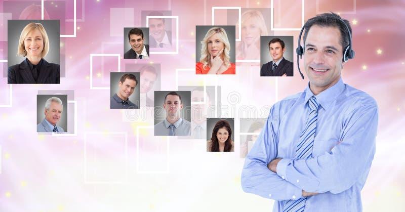 Lächelnde tragende Kopfhörer des Geschäftsmannes mit Porträtgraphiken im Hintergrund lizenzfreie stockfotografie