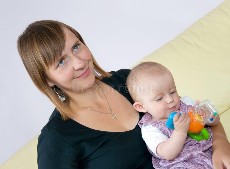 Lächelnde und Schätzchenspielen Mutter stockfotografie