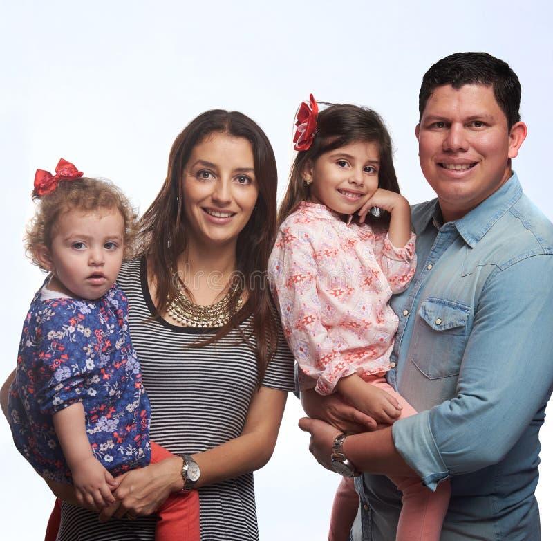Lächelnde vierköpfige Familie stockbild