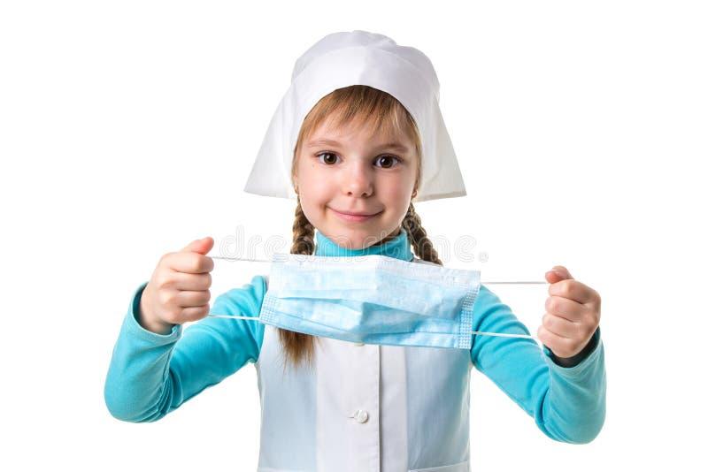 Lächelnde weibliche Krankenschwester kleidet eine Maske auf einem weißen Landschaftshintergrund stockfoto