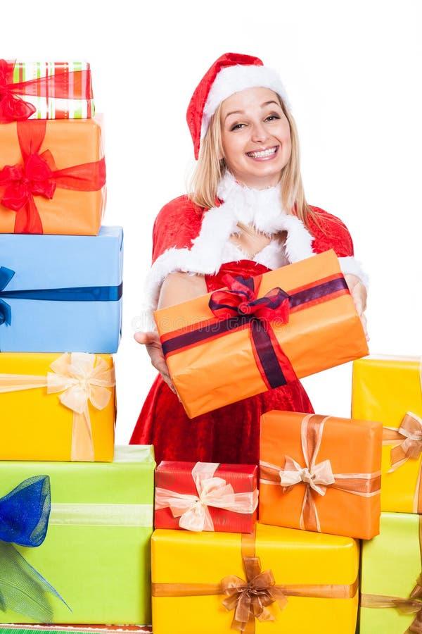 Lächelnde Weihnachtsfrau, die Geschenke gibt lizenzfreie stockbilder