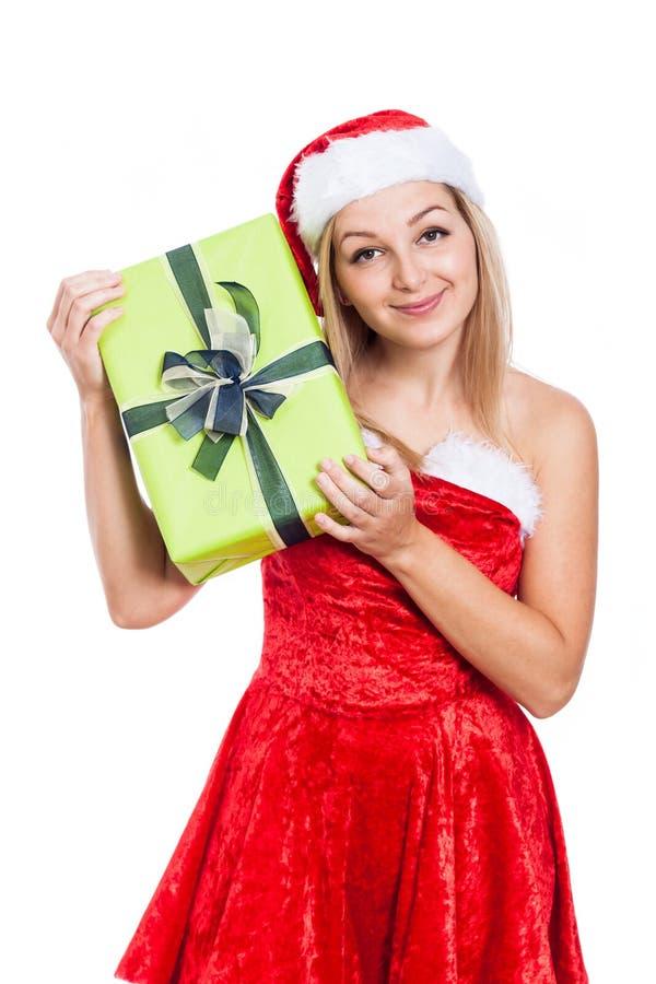 Lächelnde Weihnachtsfrau mit Geschenk lizenzfreies stockfoto