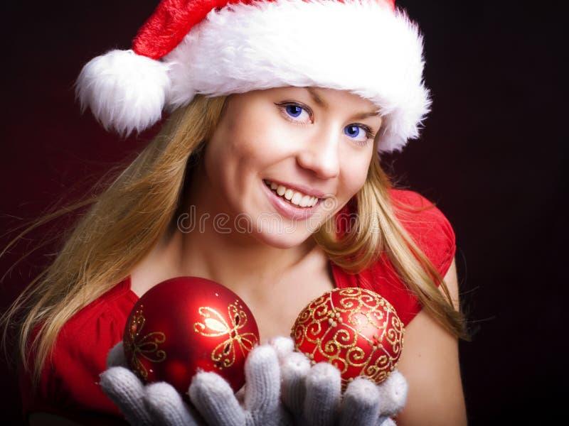 Lächelnde Weihnachtsfrau mit Glaskugeln lizenzfreies stockfoto