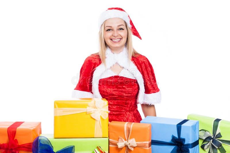 Lächelnde Weihnachtsfrau mit vielen stellt sich dar stockfoto