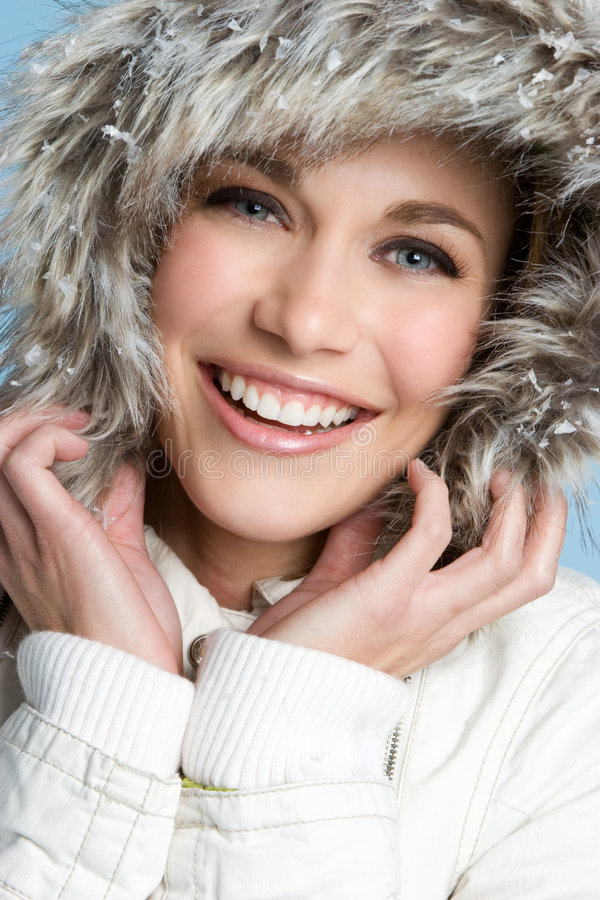 Lächelnde Winter-Frau stockfotos