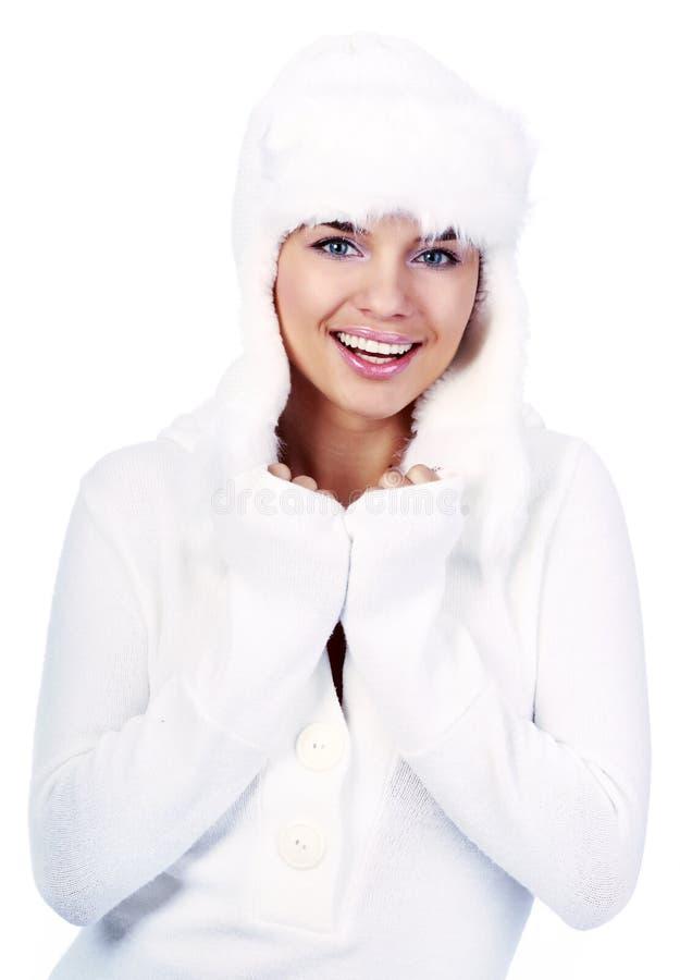 Lächelnde Winter-Frau. blaue Augen stockfoto