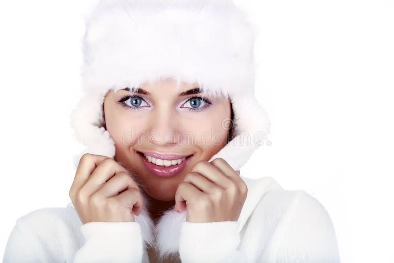 Lächelnde Winter-Frau. blaue Augen stockbild